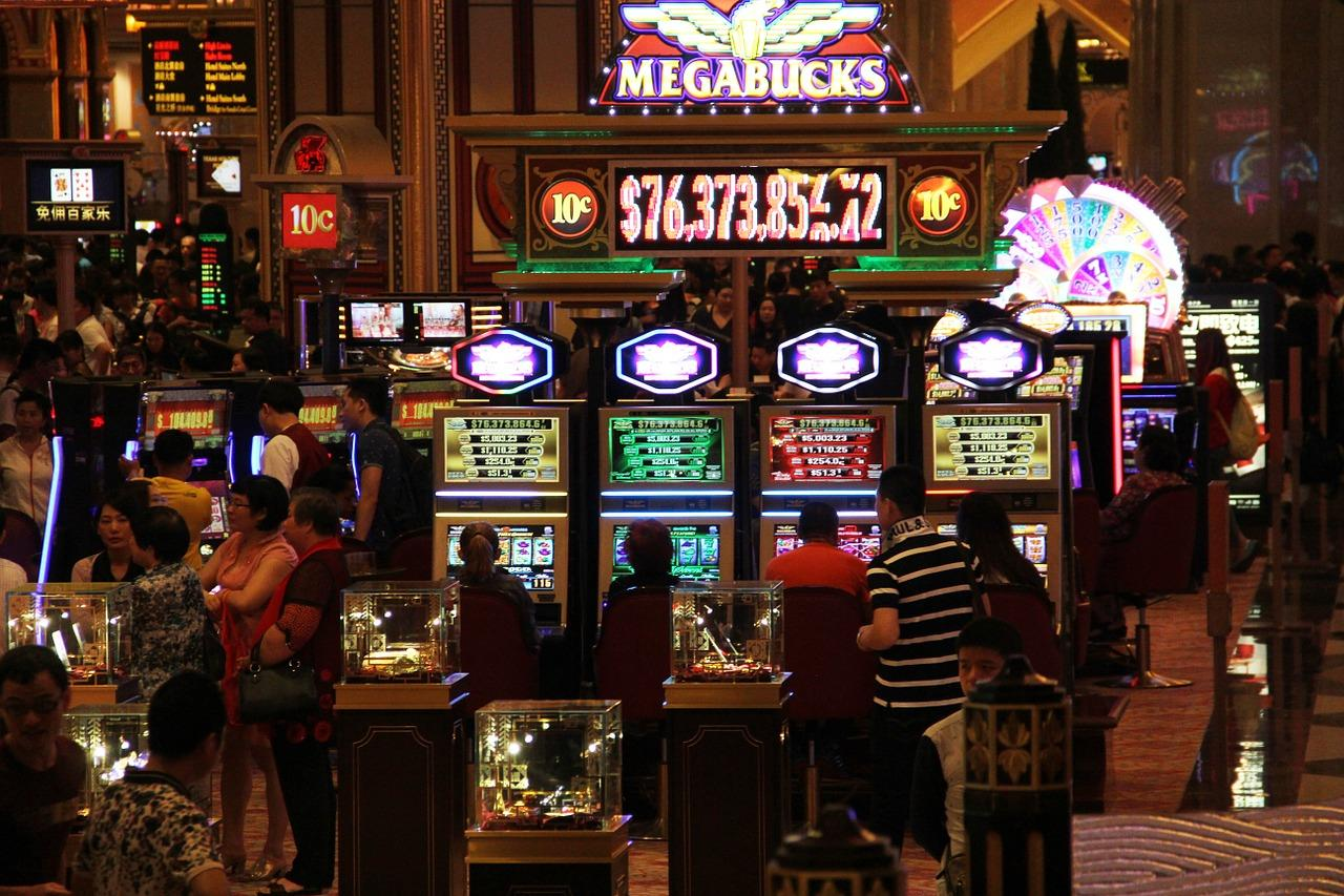 How to make a living playing online casino games